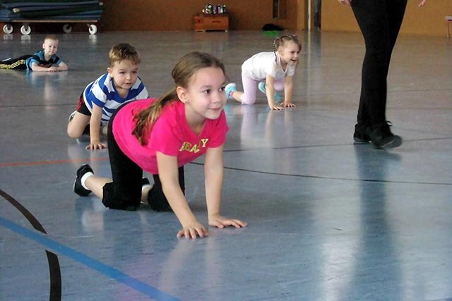 echt sportlich - Kinderturnen - Igel krabeln