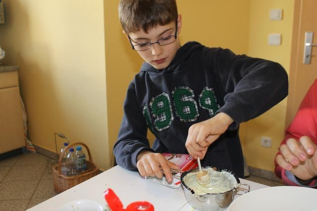 Lennart verziert Cake Pops