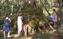 Zusammen eine Hütte bauen, das macht Spaß.