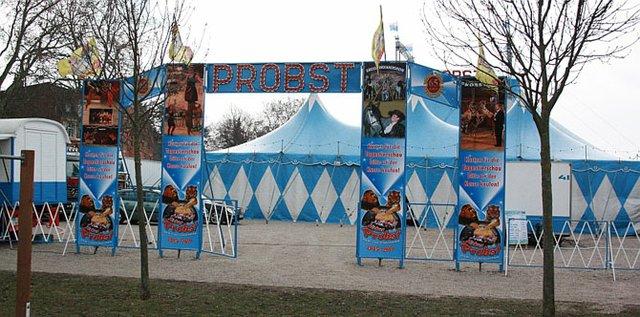 Das Zelt des Zirkus Probst.