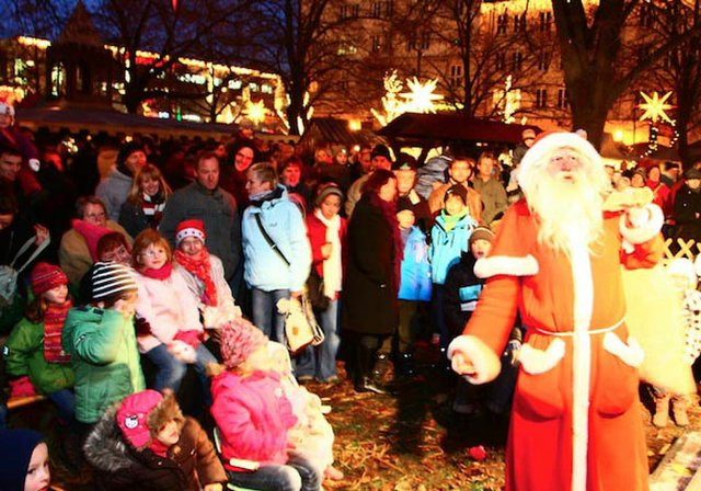 Der Weihnachtsmann in seinem Element, inmitten der Kinder.