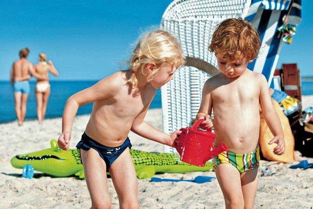 Gut geschüzt macht das Spielen im Sand viel Spaß.