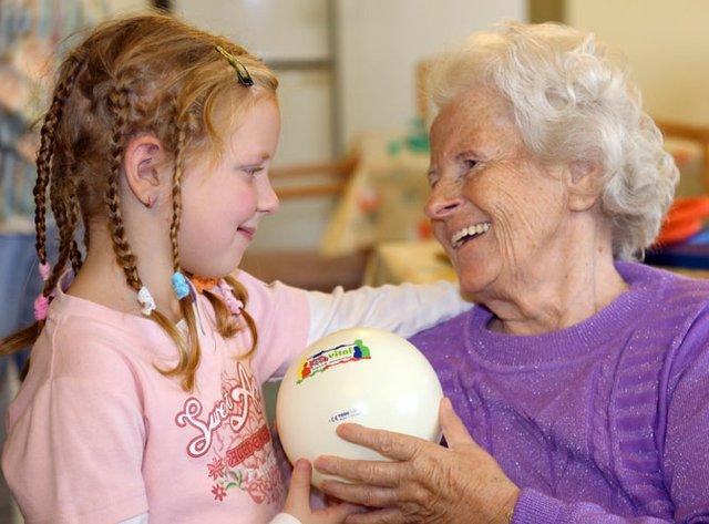 Kinder bringen Abwechslung in den Alltag der Senioren.
