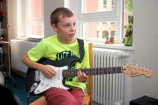 Niklas Großer lernt E-Gitarre
