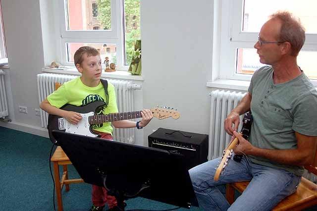 Niklas Großer lernt E-Gitarre bei Detlef Gralka