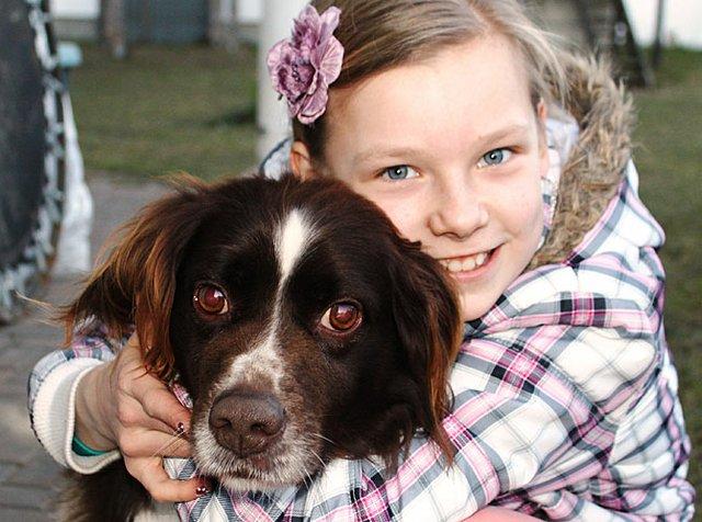 Lara-Sophie auf Kuschelkurs mit einem der Familienhunde.