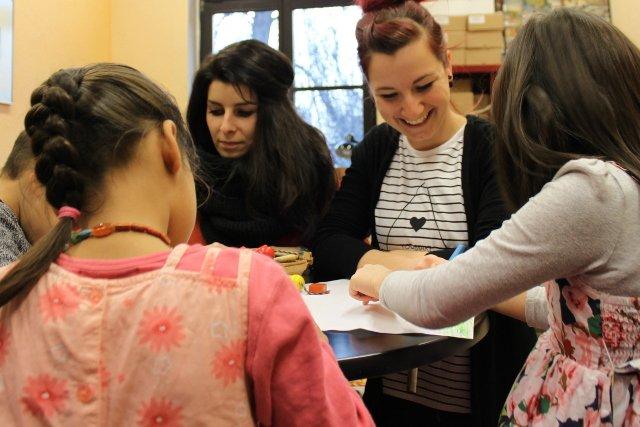 Henriette (l.) und Carolin malen mit den Kindern