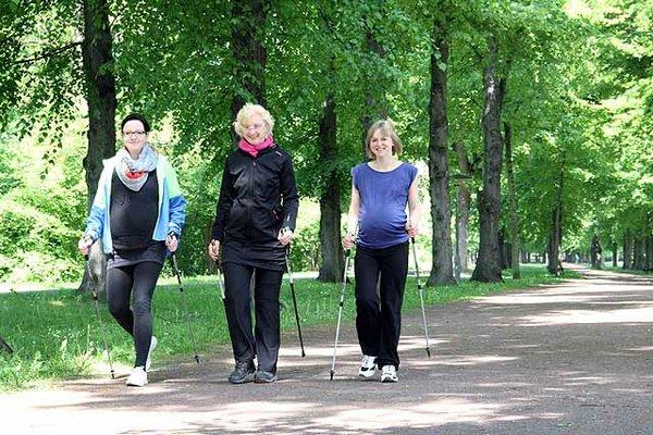 Outdoor-Workout mit Babybauch