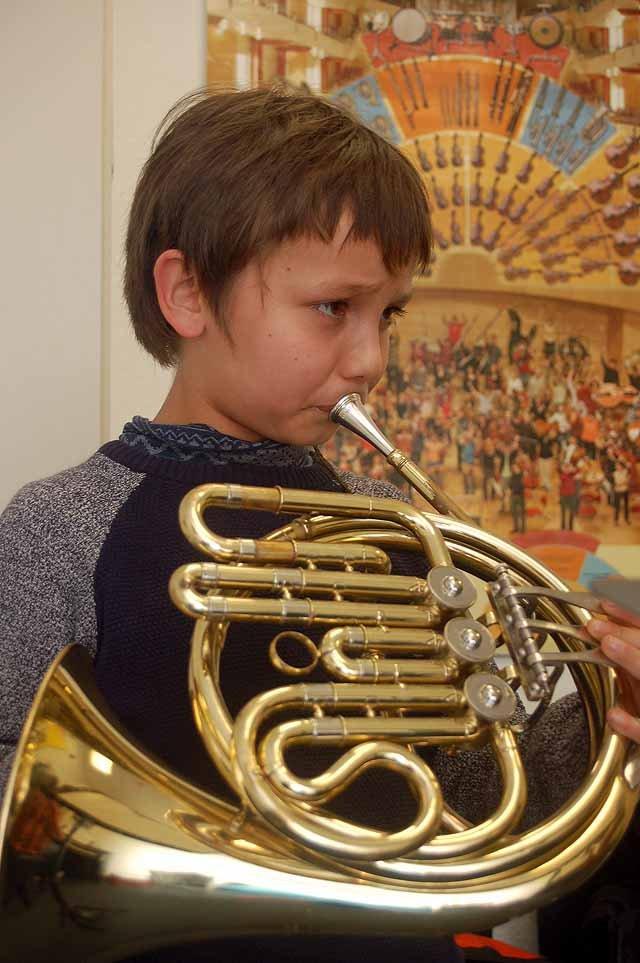 Kolin Sasaki spielt Waldhorn