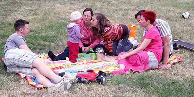 Familie Buchar beim Picknick