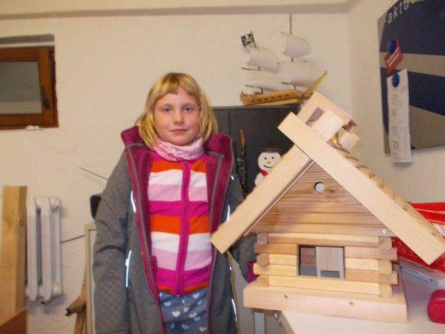 Anna mit ihrem selbstgebauten Vogelhaus