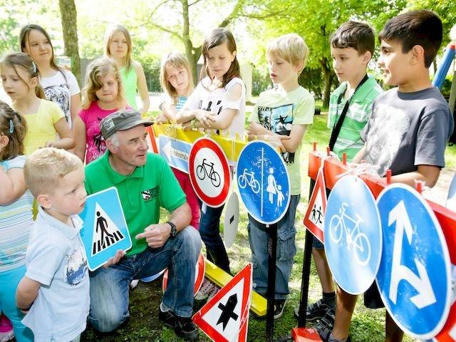 Die Verkehrswacht gibt Kindern Hinweise zum sicheren Fahren im Straßenverkehr.