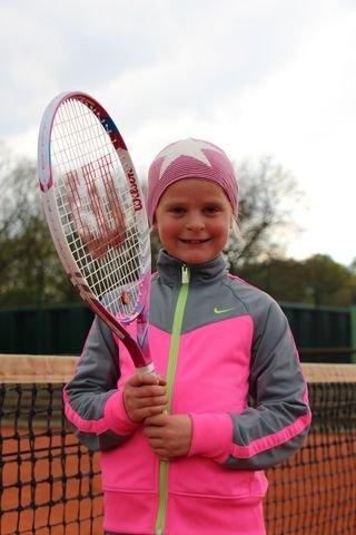 Isabel spielt Tennis