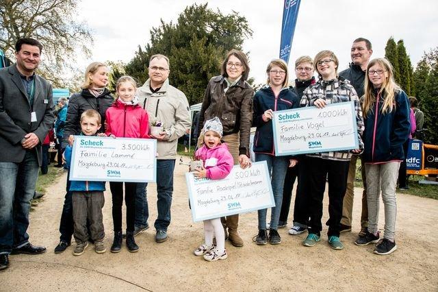 Übergabe des Schecks an die Gewinner der StromSpar-Challenge