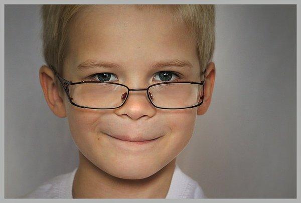 Kind mit Brille
