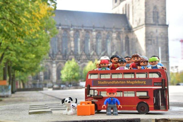 Kinderstadtrundfahrt mit dem roten Doppeldeckerbus