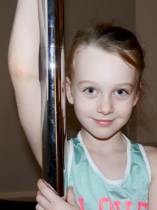 Mortisha beim Pole-Fitness