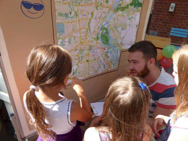 Michael Bertram im Gespräch mit Kindern