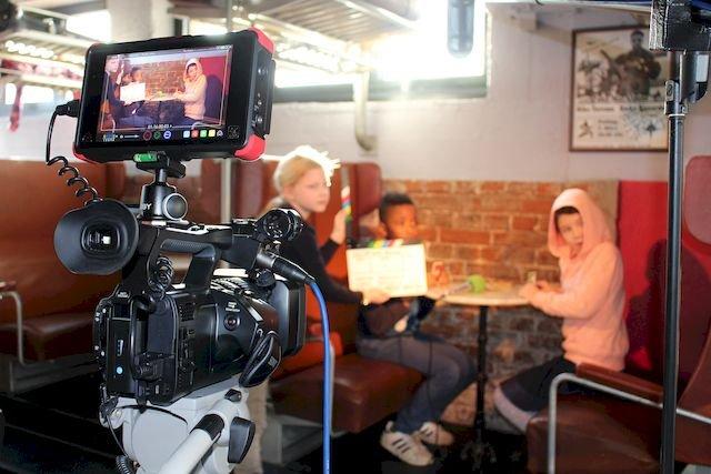 Kinder der Dreisprachigen Grundschule in der Film-AG