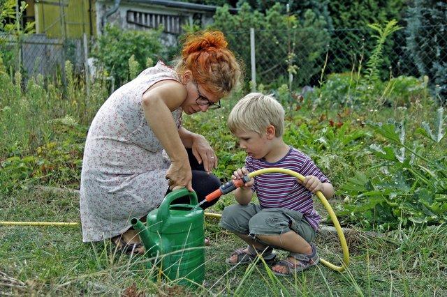 Gemeinsam macht die Gartenarbeit doppelt Spaß.