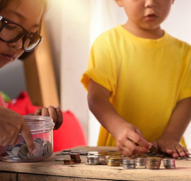 Kinder mit Münzen