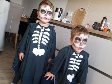 Henrik und Theo als Skelette
