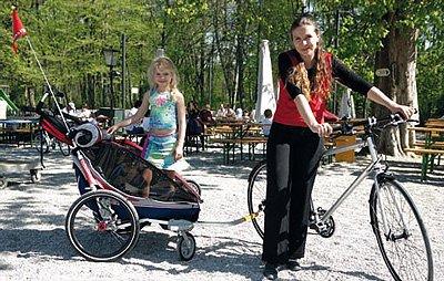 Unterwegs mit einem Kinderfahrradanhänger.